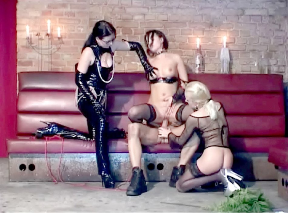 threesome and she licks them both clean – Lesbian